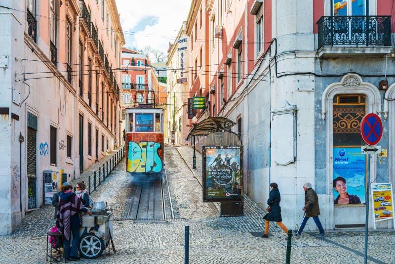 Typisk spårväg i Lissabon Portugal Europa arkivfoton