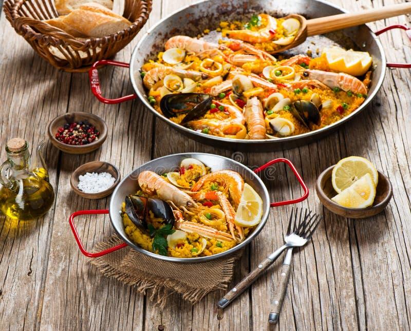 Typisk spansk paella royaltyfri foto
