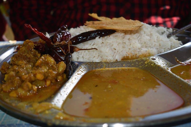 typisk sunt bhutanesiskt matuppläggningsfat eller Thali som är fulla av näringsämnar, selektiv fokus royaltyfria foton