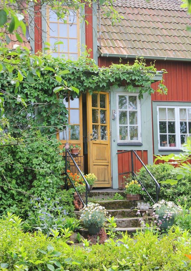 Typisk svensk röd stugaingång arkivbild