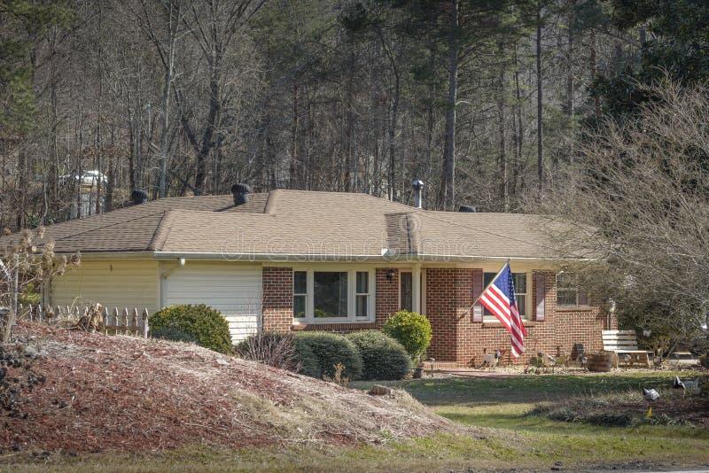 Typisk sydligt hus för gammal stil med amerikanska flaggan arkivfoto