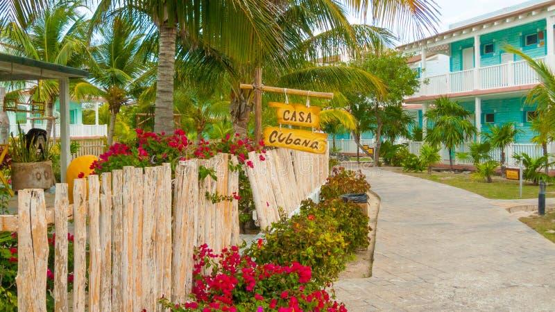Typisk trähusö Cayo Largo Cuba arkivfoto