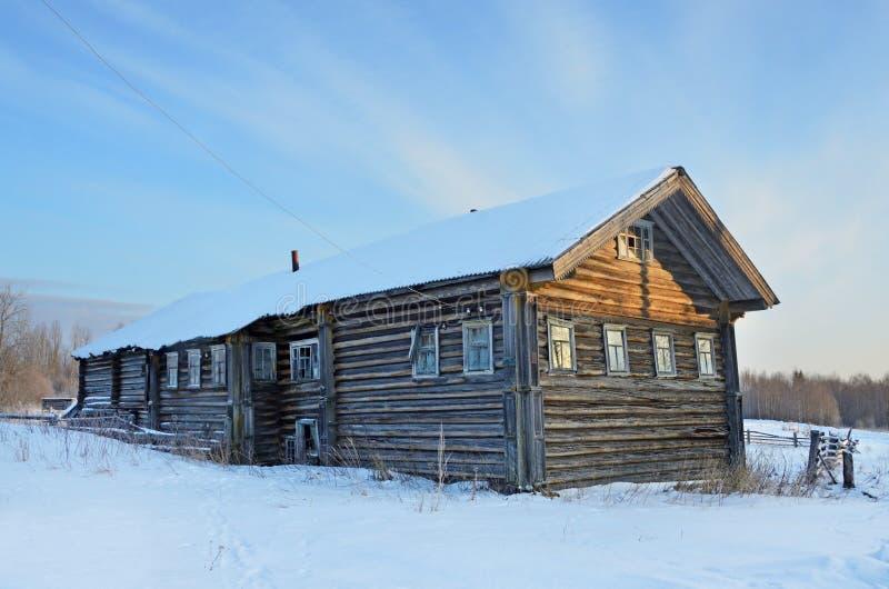 Typisk trähus av de20th århundradena i byn av Syrya i vinter Arkhangelsk region, Onega område royaltyfri foto