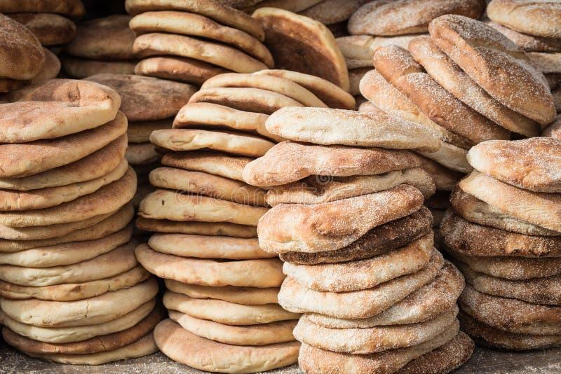 Typisk traditionellt marockanskt bröd på gatamatstallen, Marrake arkivbilder
