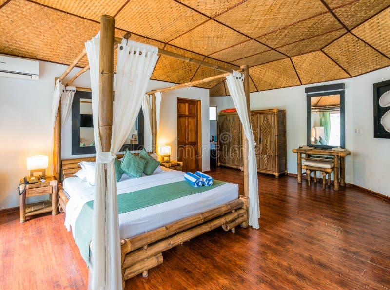 Typisk tropiskt hotellrum arkivfoto
