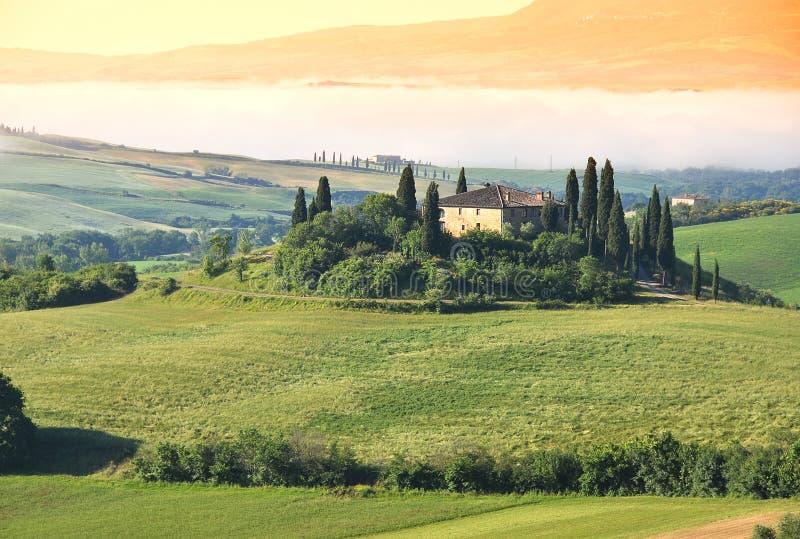 Typisk tuscan liggande italy arkivfoto