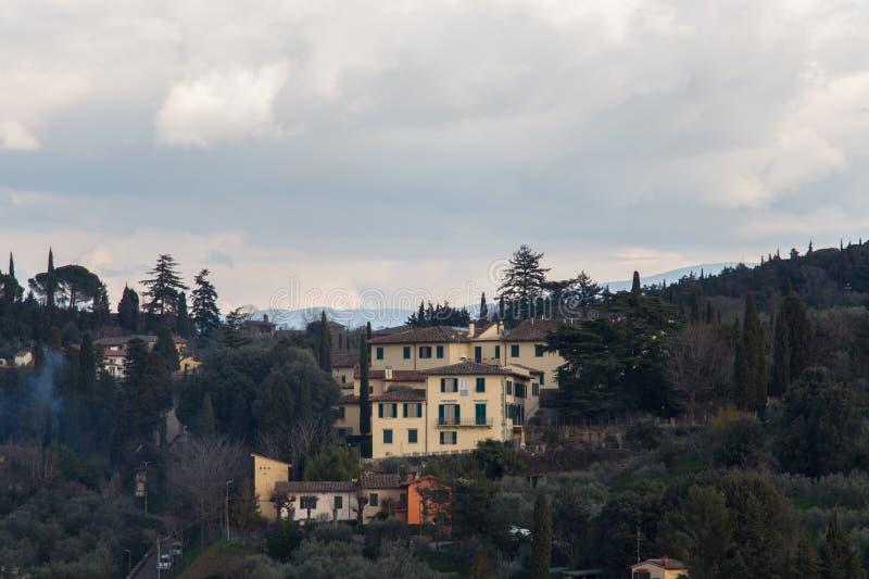 Typisk Tuscany landskap med typiska hus på en kulle, Italien royaltyfri bild