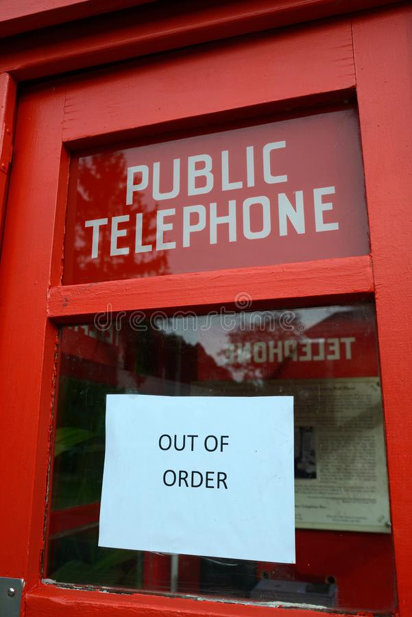 typisk - ut ur beställningstecken på pubilctelefonen arkivbilder