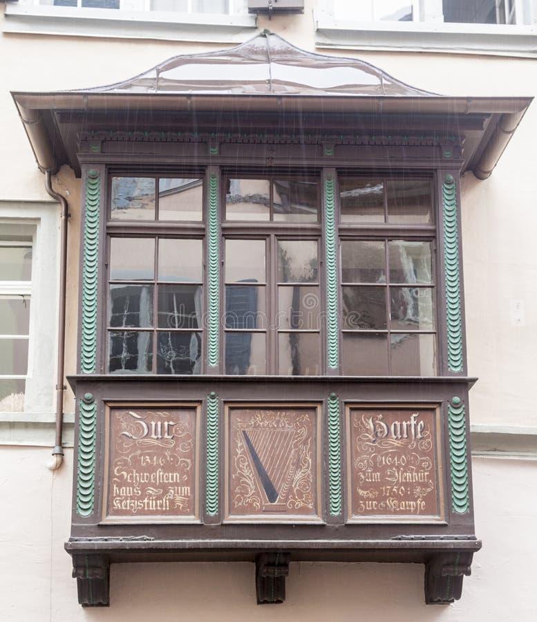 Typisk Wood fönster Zurich Schweiz royaltyfria foton