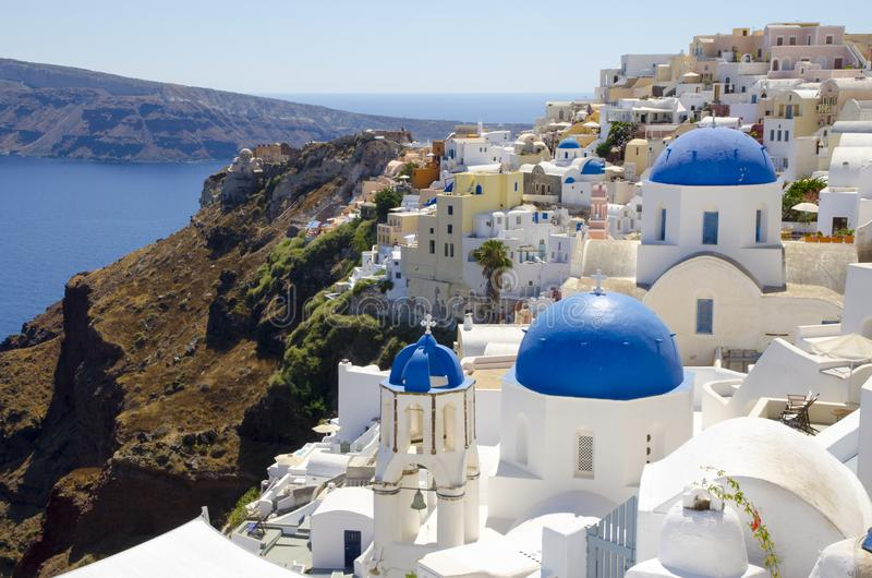 Typiska blåa kupoler i Oia royaltyfria bilder