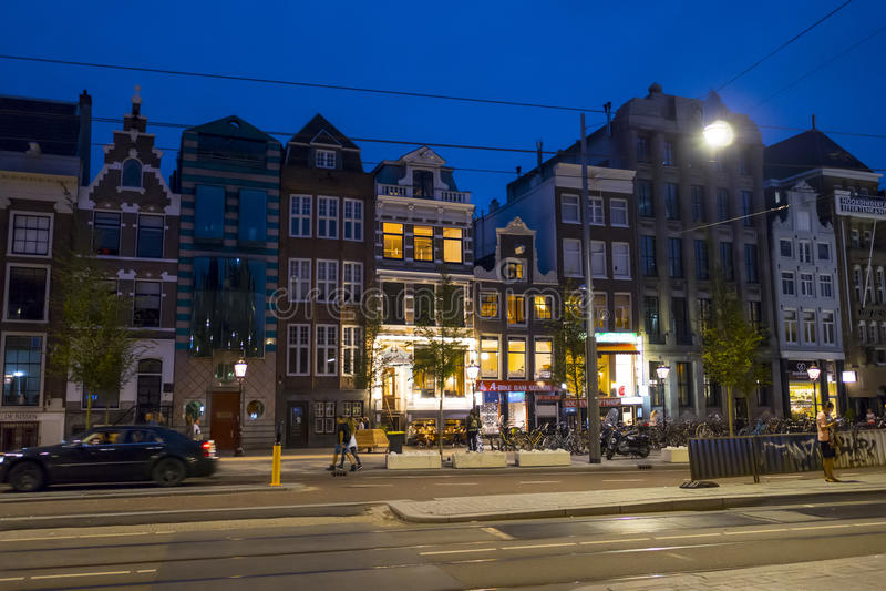 Typiska byggnader i Amsterdam - härlig aftonsikt - AMSTERDAM - NEDERLÄNDERNA - JULI 20, 2017 royaltyfri bild