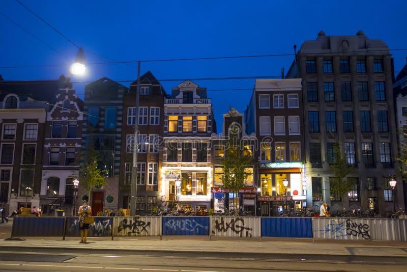 Typiska byggnader i Amsterdam - härlig aftonsikt - AMSTERDAM - NEDERLÄNDERNA - JULI 20, 2017 royaltyfria bilder