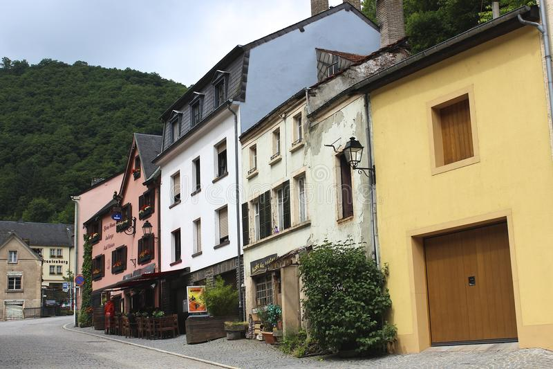 Typiska byggnader i Vianden, Luxembourg royaltyfri fotografi