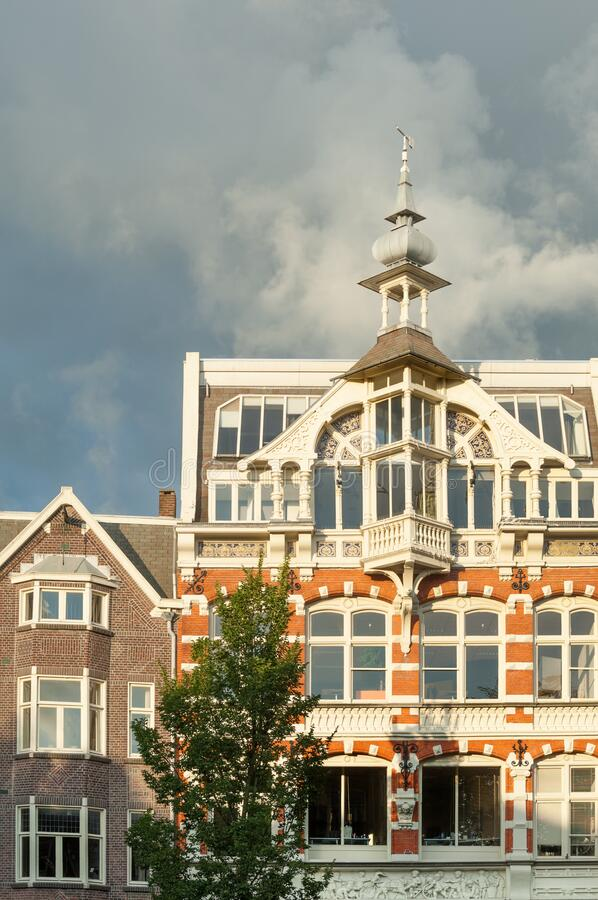 Typiska handelshus i Amsterdam arkivbilder