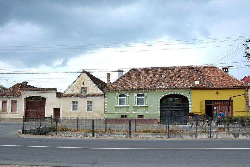 Typiska hus i byn Vulcan, Transylvania fotografering för bildbyråer