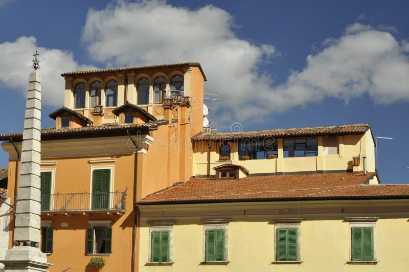 Typiska hus i den Tagliacozzo centralen Italien royaltyfri foto