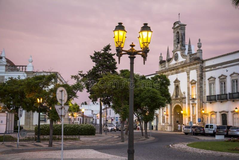 Typiska hus i gammal stad av Faro efter solnedgång, Portugal royaltyfri bild