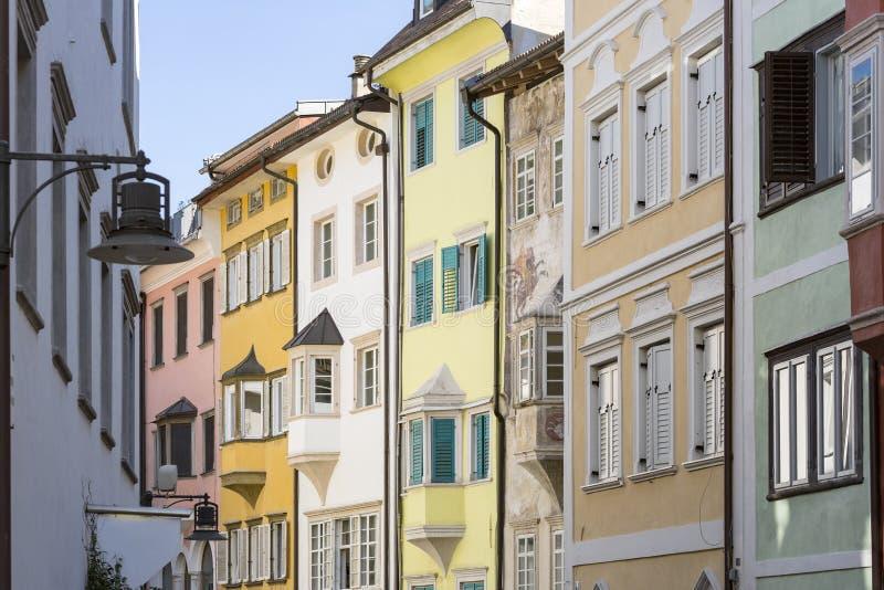Typiska husfasader i Bozen, nordliga Italien arkivbild