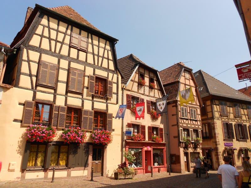 Typiska korsvirkes- byggnader i Ribeauvillé, Alsace arkivbilder