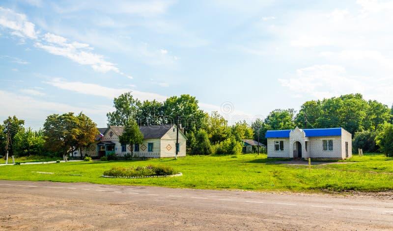Typiska lantliga hus i den Kursk regionen, Ryssland fotografering för bildbyråer