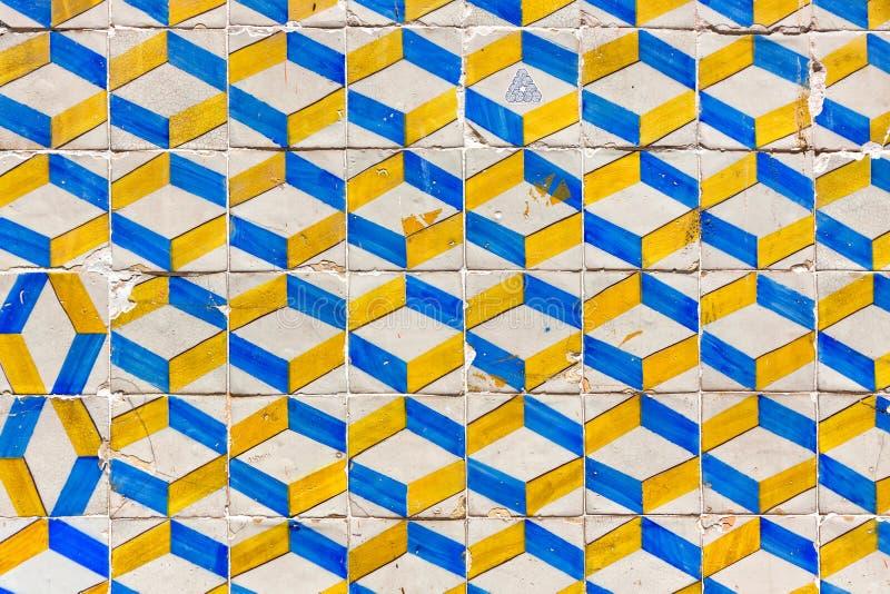 Typiska Lissabon gamla keramiska väggtegelplattor (azulejos) arkivbild