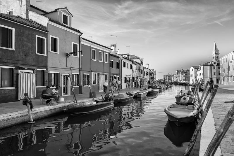 Typiska ljust färgade hus av Burano, Venedig lagun, Italien arkivfoton