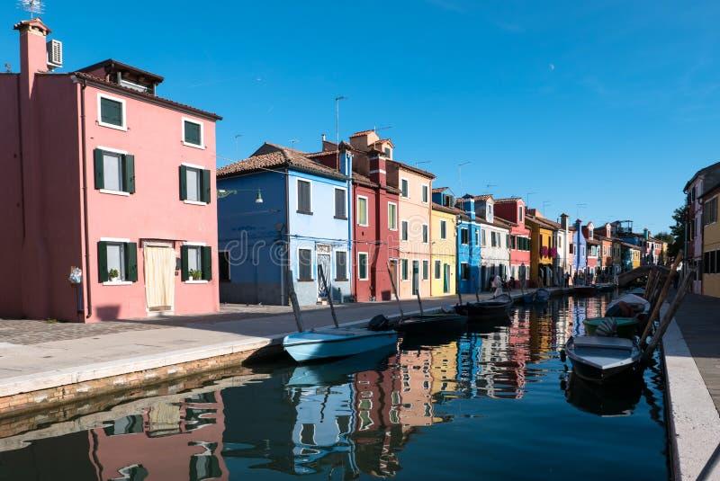 Typiska ljust färgade hus av Burano, Venedig lagun, Italien royaltyfria foton