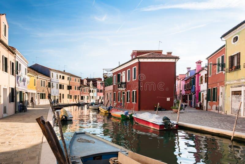 Typiska ljust färgade hus av Burano, Venedig lagun, Italien royaltyfri bild