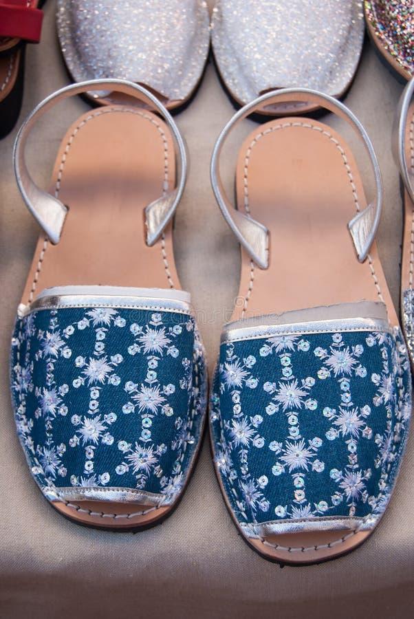 Typiska och kulöra Menorcan skor arkivfoton
