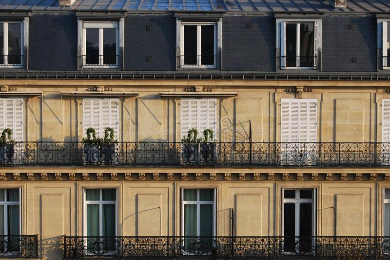 Typiska parisiska franska stads- hus stänger sig upp royaltyfria bilder