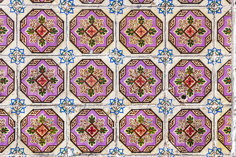 Typiska portugisiska gamla keramiska väggtegelplattor & x28; Azulejos& x29; i Lissabon, arkivfoton