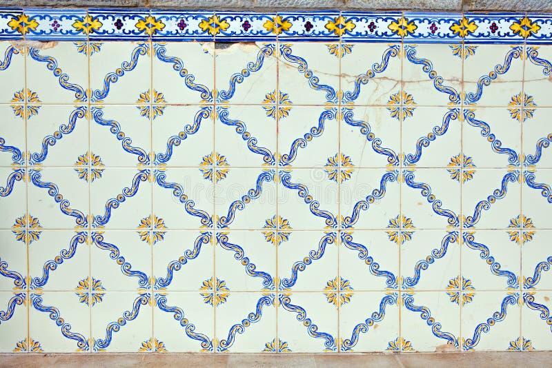 Typiska portugisiska garneringar med kulöra keramiska tegelplattor fotografering för bildbyråer