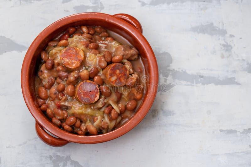 Typiska portugisiska matr?ttb?nor med k?tt, gr?nsaker och r?kte korvar Feijoada fotografering för bildbyråer