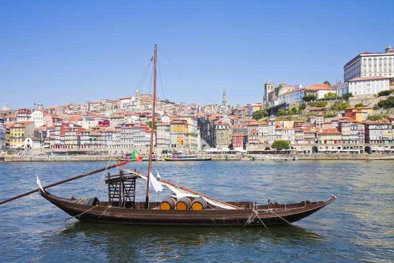 Typiska portugisiska träfartyg som kallas barcosrabelos som används tidigare för att transportera det berömda portvinet Porto-Opo royaltyfri bild
