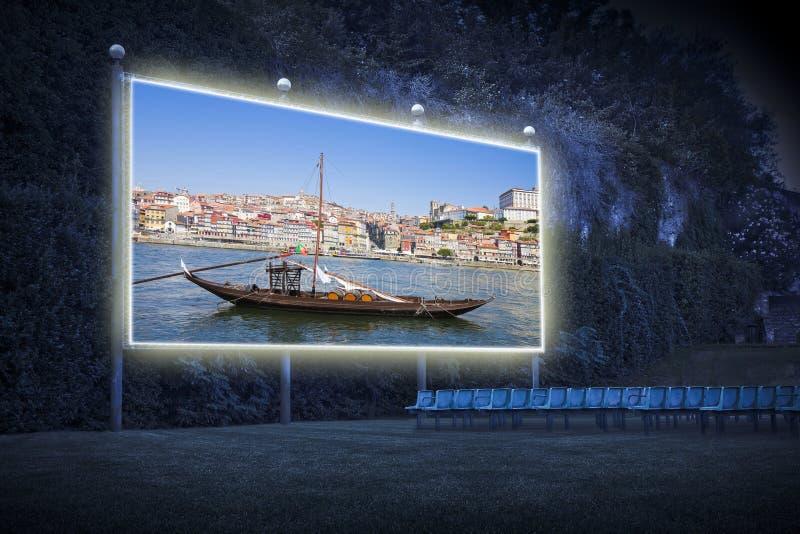 Typiska portugisiska tr?fartyg som kallas - barcosrabelos- som anv?nds tidigare f?r att transportera det ber?mda portvinet in mot royaltyfri foto