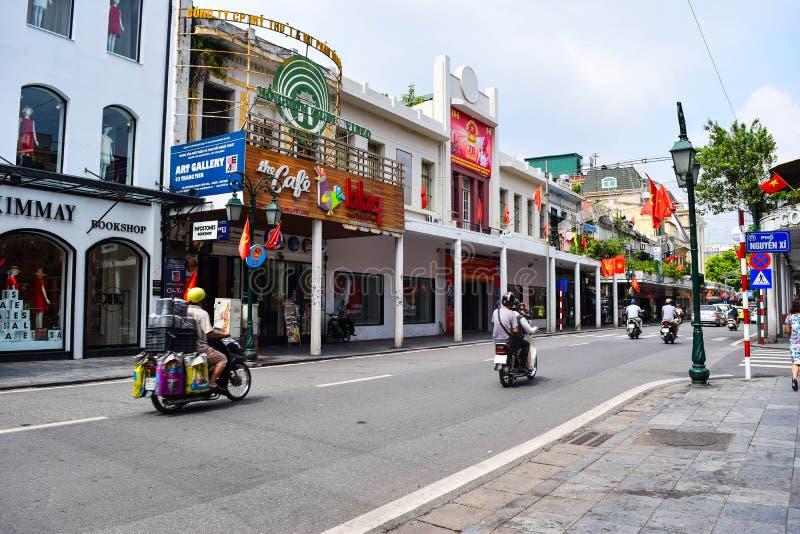 Typiska smala färgrika och härliga hus i gatan av Hanoi Mummel Noi är huvudstaden och den andra - största staden i Vietnam arkivbilder