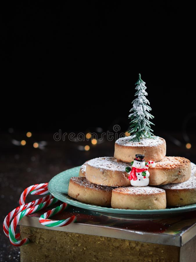 Typiska spansihjulkakor Polvorones, mantecados, med mandlar på mörk träbakgrund med copyspace Jul och nytt arkivbild