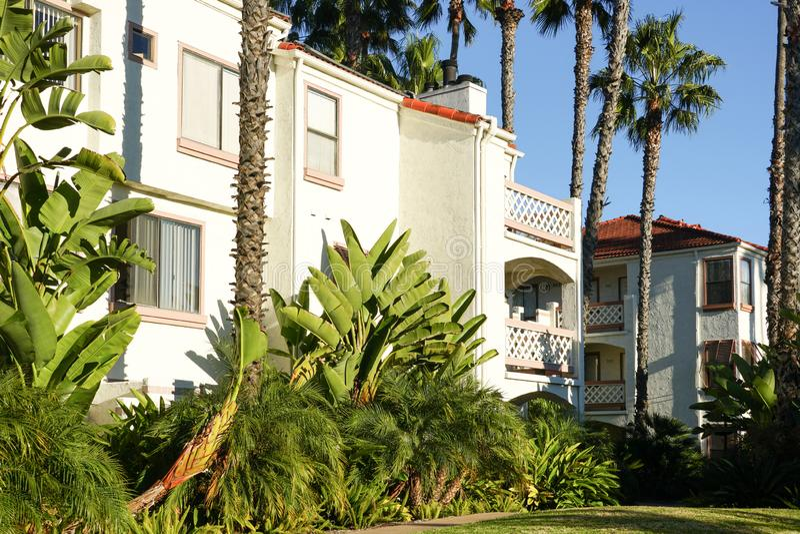 Typiska sydliga Kalifornien, bostads- villor för spansk stil, lägenheter arkivfoto