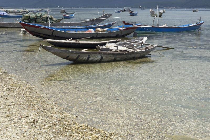 Typiska vietnamesiska fiskebåtar på en sjö nära Huê royaltyfri bild