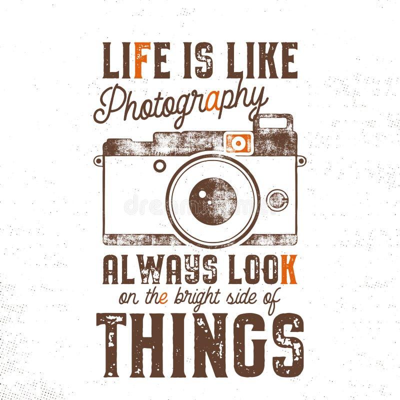 Typografia plakat z starego stylu wycena i kamerą - życie jest jak fotografia spojrzenie na jasnej stronie rzeczy, zawsze royalty ilustracja