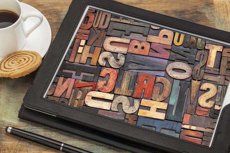 Typografiekonzept auf digitaler Tablette stockfotos