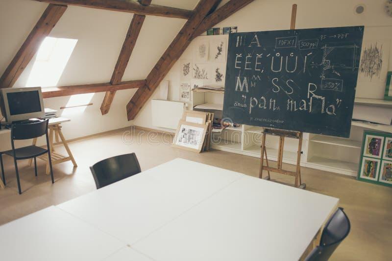Typografielektion mit Tafel mit handgeschriebenen Kreidebuchstaben stockbilder