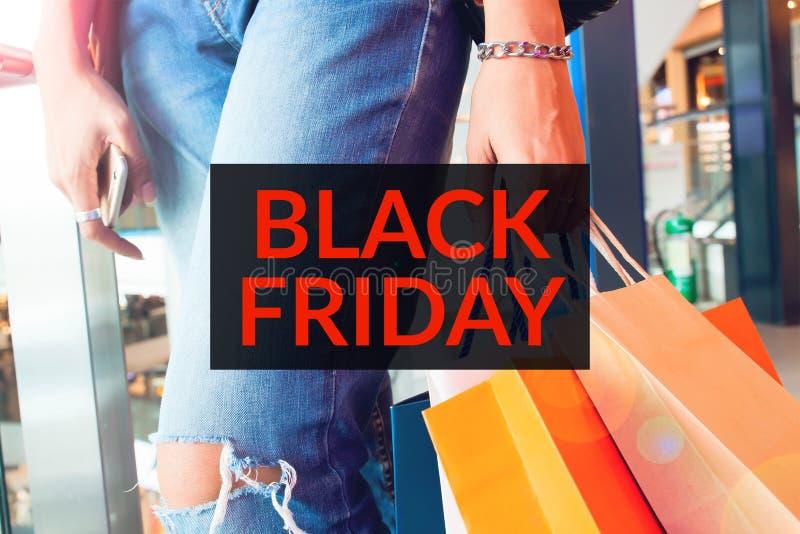 Typographie de Black Friday et image des achats de femme image stock