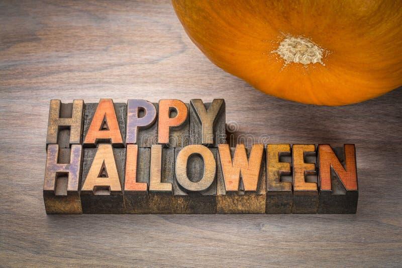 Typographie heureuse de Halloween dans le type en bois images stock