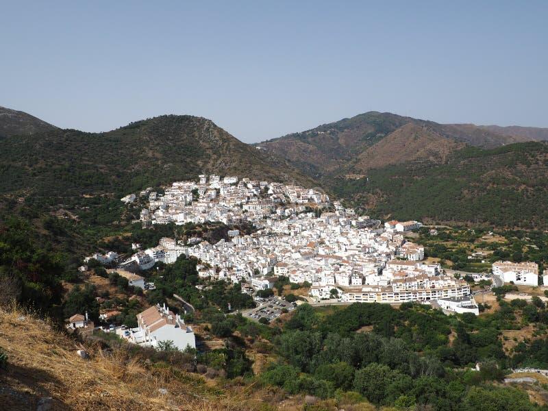 Typowa biała górska wioska Ojen, Malaga prowincja, Andalusia, Hiszpania, Europa obrazy royalty free
