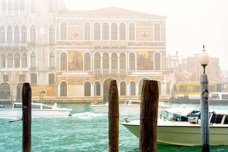 Typowa bussy venetian ulica w mglistym wiosna dniu, Włochy obraz stock
