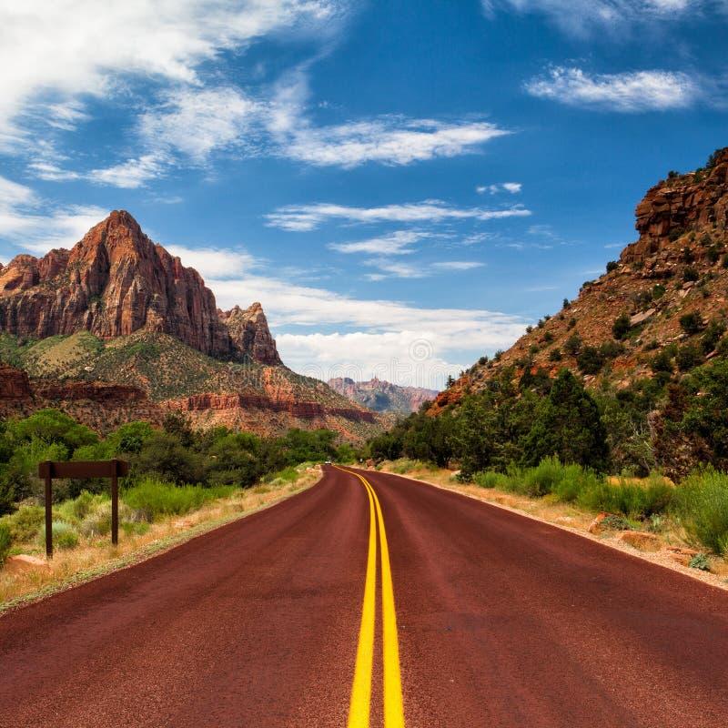 Typowa czerwona droga w Zion jarze obrazy stock