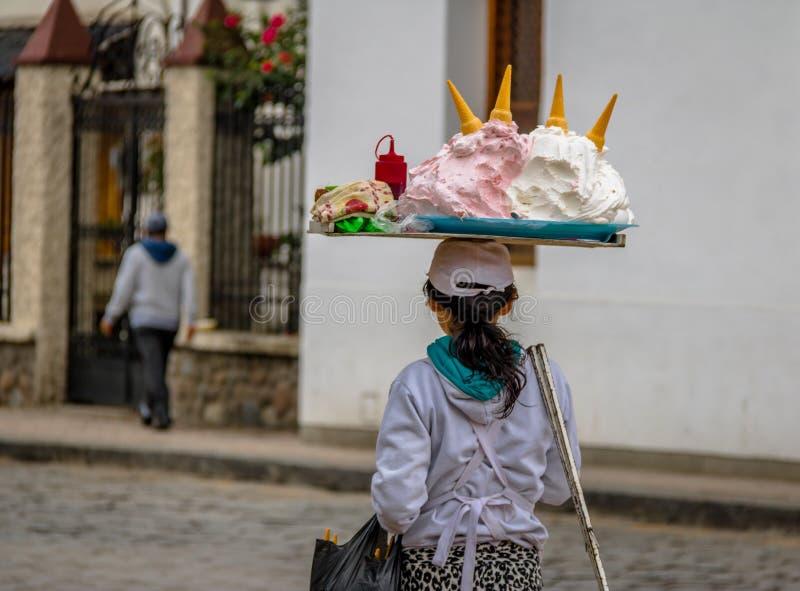 Typowa Espumilla beza jak deser na lody rożka sprzedawcy ulicznym - Cuenca, Ekwador obrazy royalty free