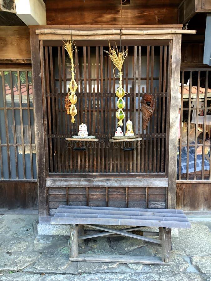 Typowa nadokienna dekoracja tradycyjny japończyka dom na Nakasendo drodze, Japonia zdjęcia royalty free