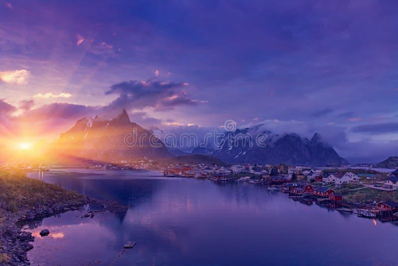 Typowa Norweska wioska rybacka Reine pod midnight słońcem zdjęcie royalty free